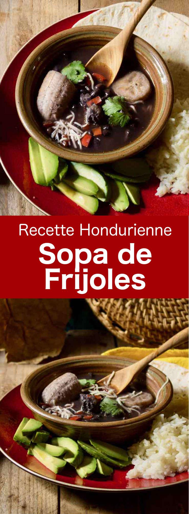 La sopa de frijoles est une soupe de haricots noirs traditionnelle hondurienne, qui est souvent préparée avec de la couenne ou des côtes levées de porc. #Honduras #CuisineHonduras #CuisineHondurienne #AmeriqueCentrale #CuisineDuMonde #196flavors