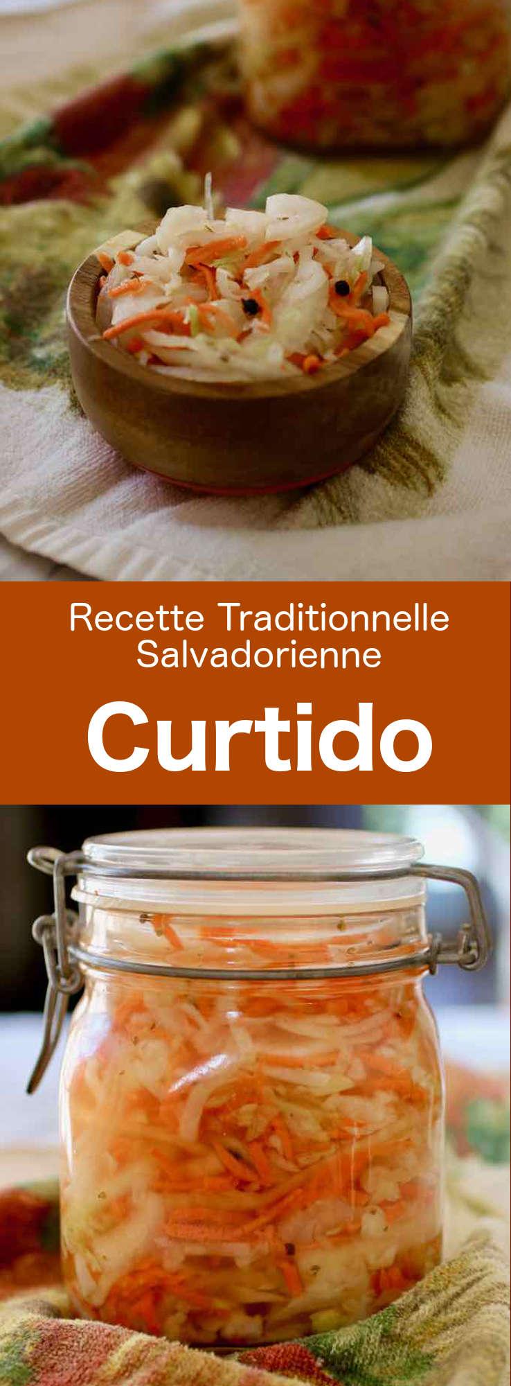 Le curtido est un condiment salvadorien à base de chou et carottes en saumure dans une solution à base de vinaigre et d'épices. #Salvador #CuisineSalvadorienne #AmeriqueCentrale #CuisineDuMonde #196flavors
