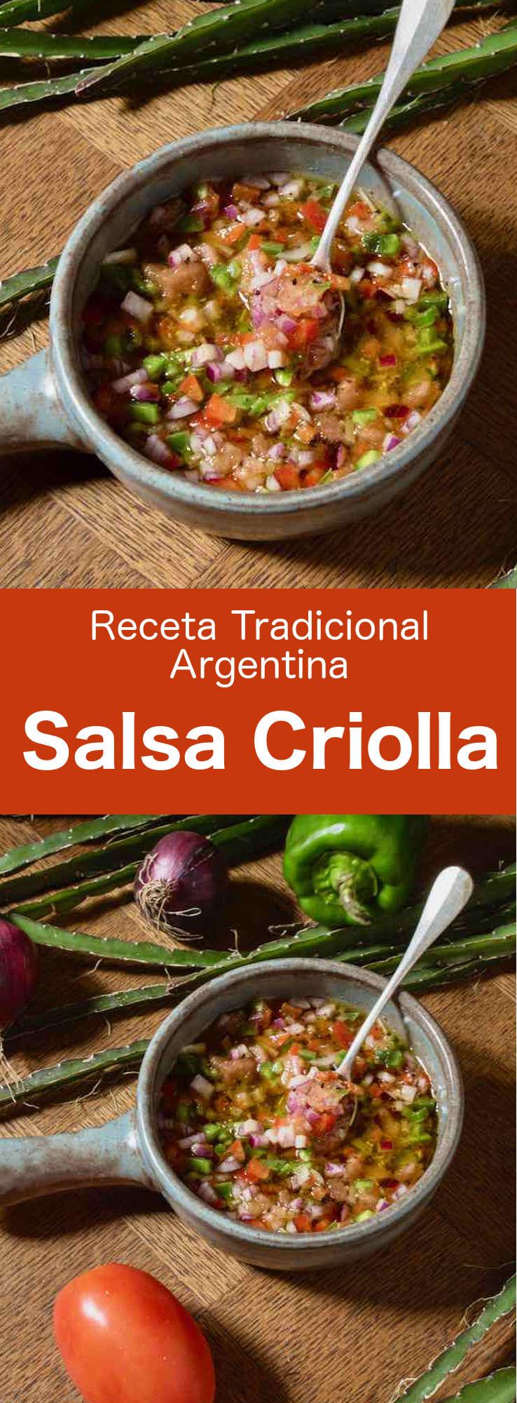 La salsa criolla es una salsa sudamericana hecha con cebolla, tomate, pimiento, vinagre y aceite de oliva, que generalmente se usa para acompañar la carne.