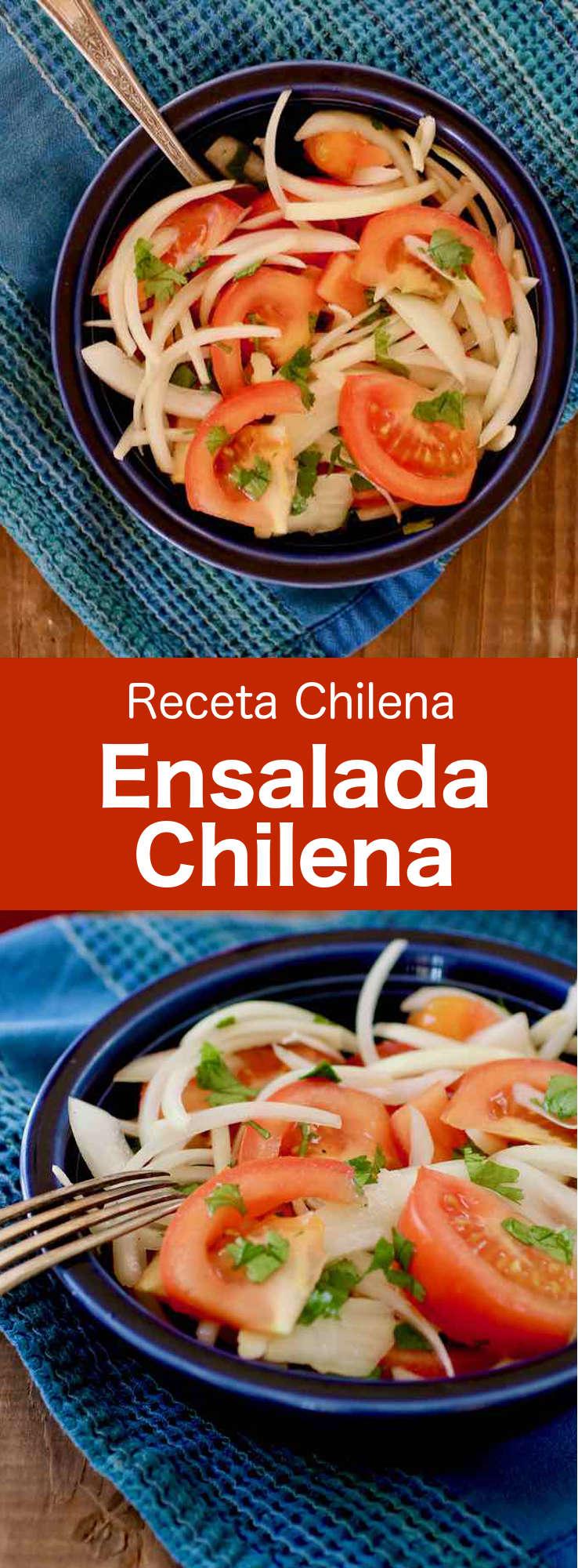 La ensalada chilena se prepara con rodajas de cebolla, rodajas de tomate y cilantro. A menudo se sirve con carnes a la parrilla, pescado o humitas.