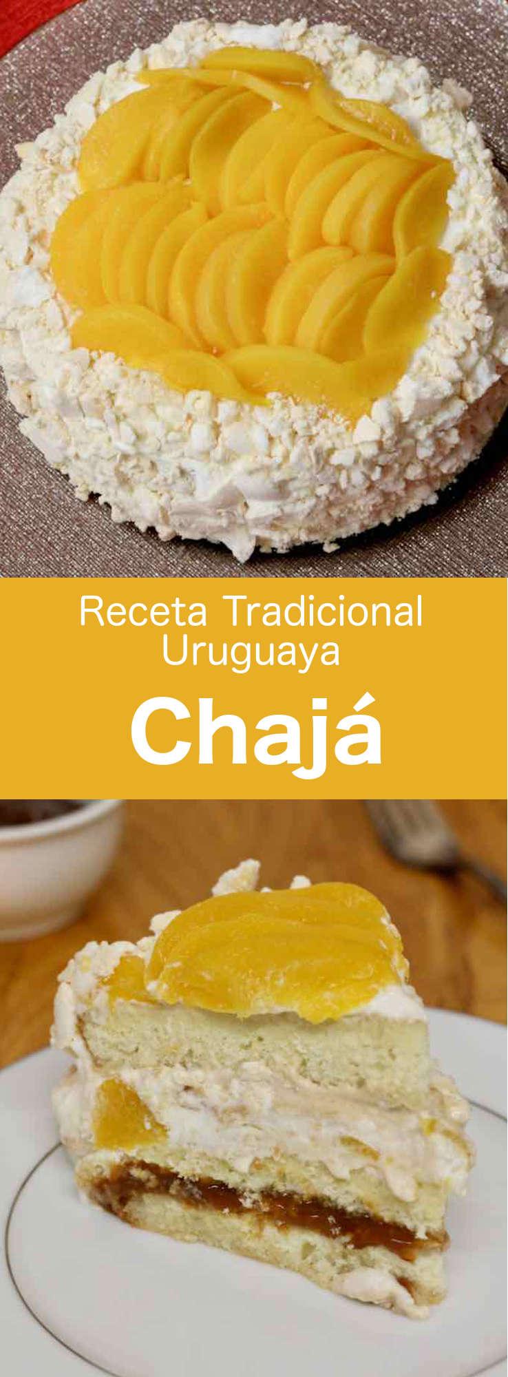 El chajá es un postre deliciosamente ligero típico de la cocina uruguaya, que contiene merengue, bizcocho, crema batida y melocotones en almíbar.