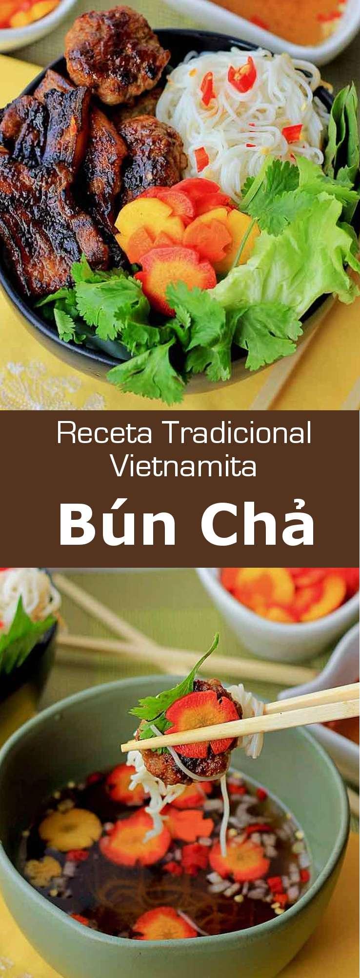 El bún chả es un delicioso plato vietnamita hecho de carne de cerdo a la parrilla con fideos de arroz que se sirve acompañado de una salsa.