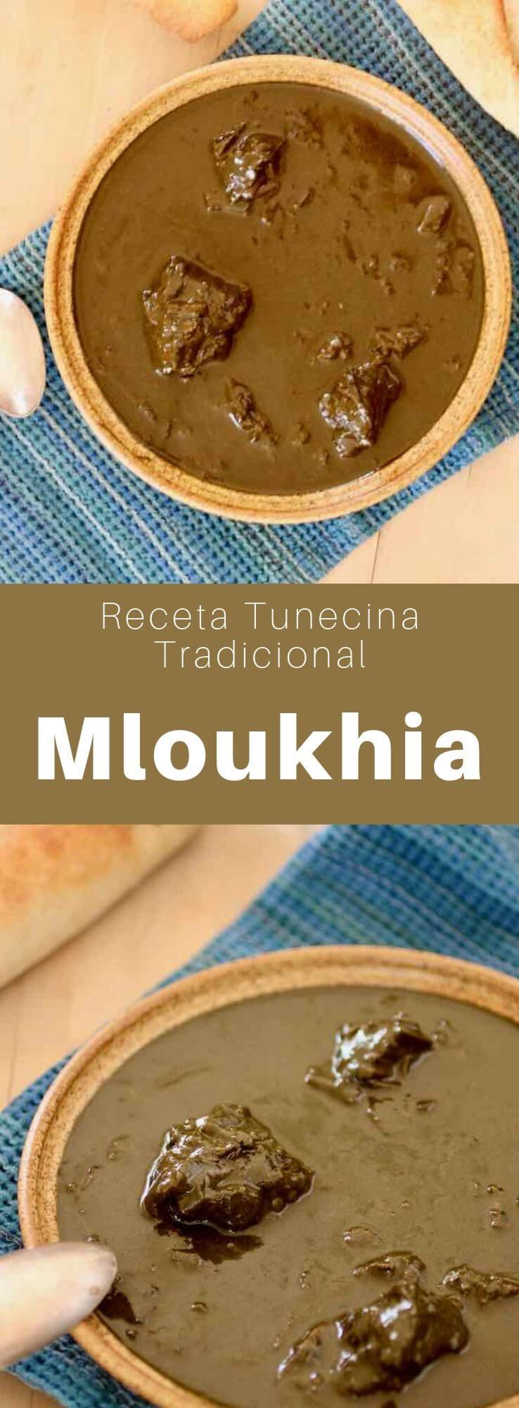La mloukhia es un estofado tunecino tradicional preparado con malva judía seca y carne de res que, generalmente, se come con pan tunecino italiano.